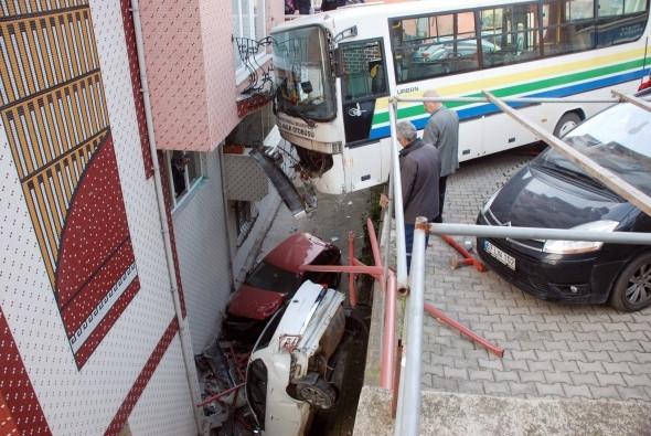 Freni patlayan halk otobüsü apartmana çarptı