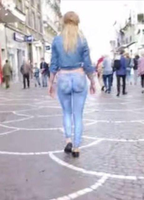 Sokakta çıplak gezdi kimse fark etmedi