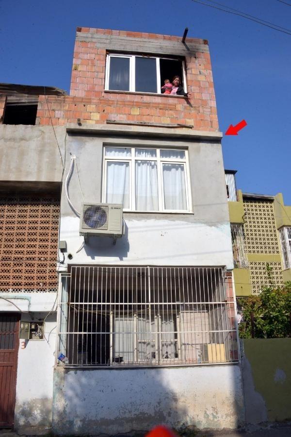 2 çocuğunu camdan atarak kurtardı
