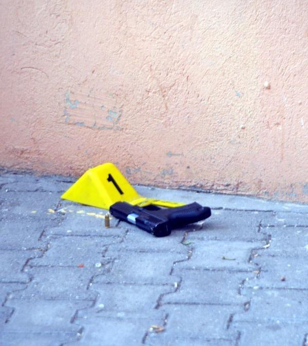 Polis kazayla kendini vurdu