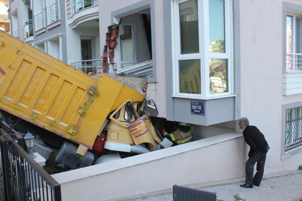 Kamyon apartmana girdi, şoför öldü