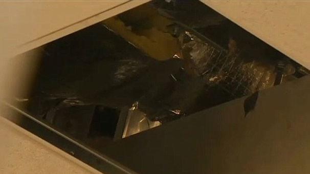 Kadınlar tuvaletine çatıdan düştü