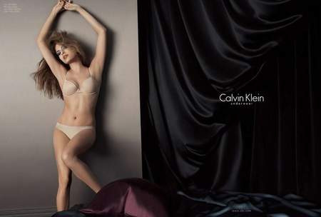 Eva Mendes, Calvin Kleinin iç çamaşırlarını tanıttı