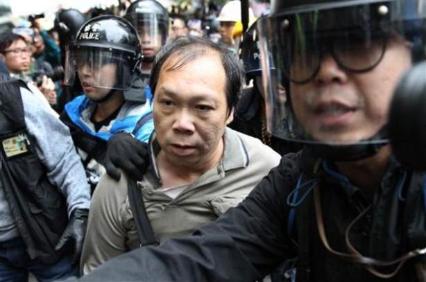 Hong Kong'da göstericilerle polis çatıştı