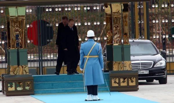 Putin önce cebinden çıkardığı notu okudu, sonra askeri selamladı