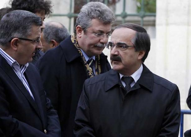 Erdoğan hocasının tabutunu omuzladı