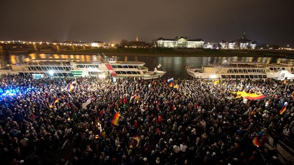 İslam karşıtı 10 bin kişi yürüdü