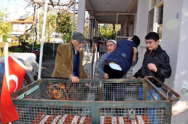 Engelli çocuğunu el arabasıyla İzmir'e götürmek istedi