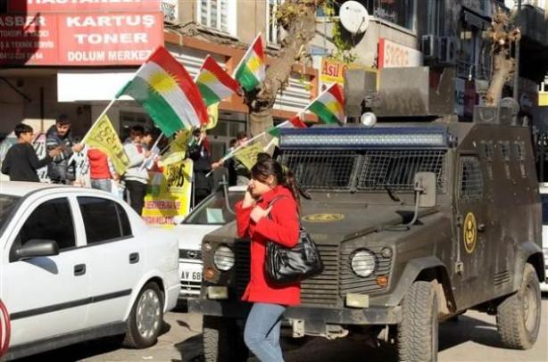 Diyarbakır caddelerinde Kürdistan bayrağı dağıttılar