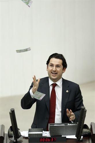 TBMM Genel Kurulu'nda Euro'ları havaya saçtı