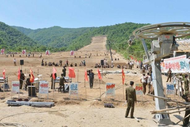 Kuzey Kore'den herkesi şaşırtan kayak merkezi