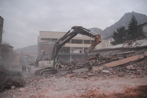 Amasya'da 6 katlı bina çöktü: 1 işçi kayıp
