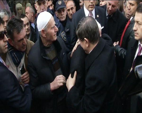 Davutoğlu'na sarılıp hüngür hüngür ağladı