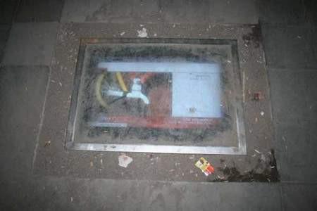 Kaldırımlara LCD TV gömdüler