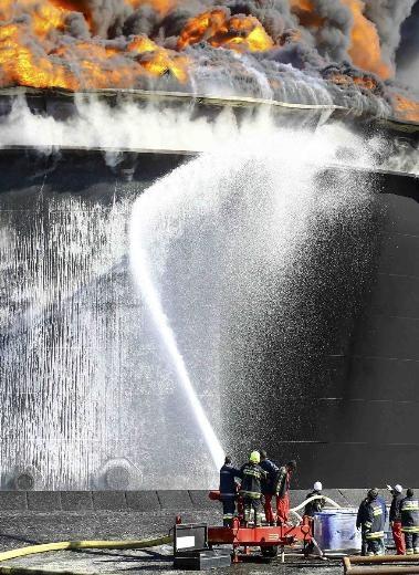 Libya'daki petrol tankları günlerdir yanıyor