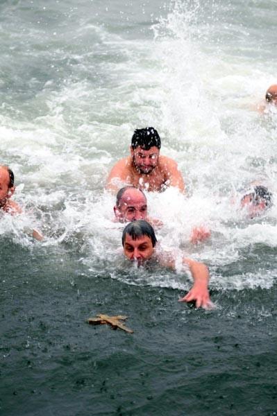Dondurucu havada denizden haç çıkardılar