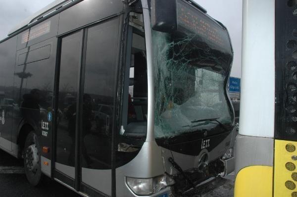 İki metrobüs çarpıştı