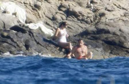 Sarkozy Carla ile kayalıklarda yakalandı