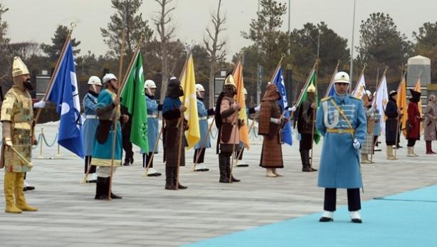 Aliyev'e 16 askerli karşılama