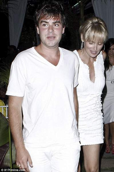 Sharon Stone 20lik delikanlıyla !