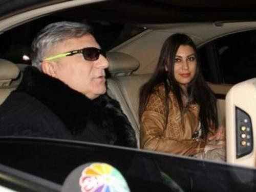Mehmet Ali Erbil esmer bir güzelle yürüyüşte