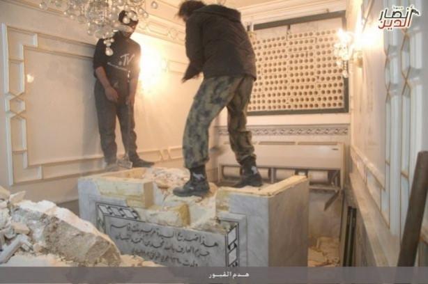 Halep'te türbeyi yıkıp naaşı çıkardılar