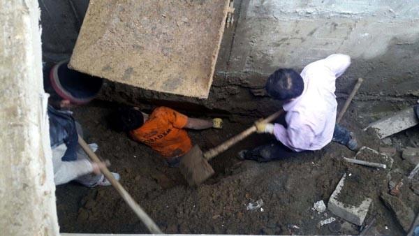 Beyoğlu'nda toprak altında kalan işçi kurtarıldı