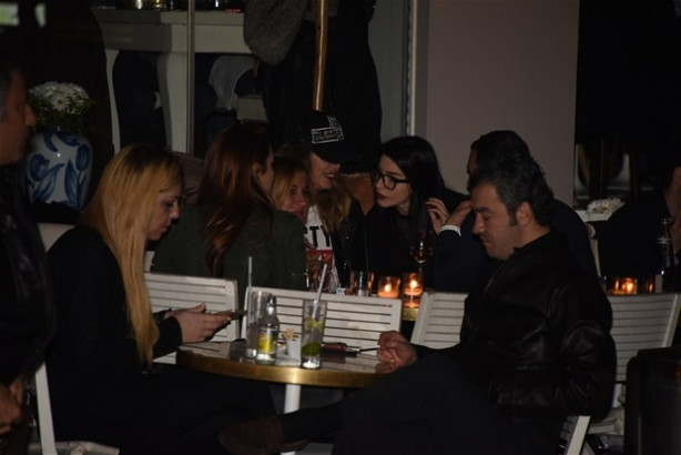 Eliz Sakuçoğlu ile Merve Boluğur önceki akşam Bebek'te bir kafedeyd