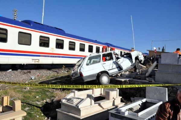 Tren otomobile çarptı!.. 2 ölü!
