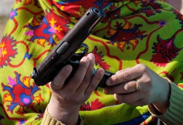 Pakistan'da öğretmenler silahlandı