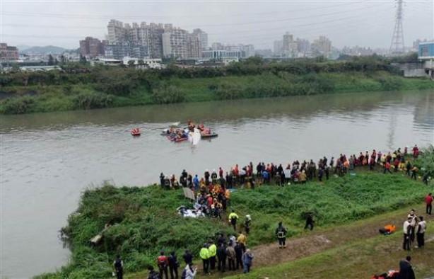 Tayvan'da yolcu uçağı nehre düştü