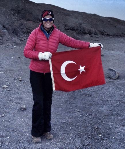 Ece Vahapoğlu zirvede fenalaştı