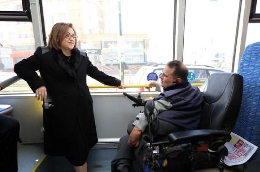 Fatma Şahin Gaziantep'te engelsiz otobüse bindi