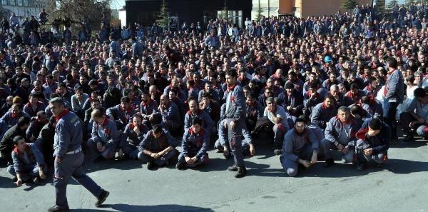 Boytaş işçileri iş bıraktı, holding önünde toplandı