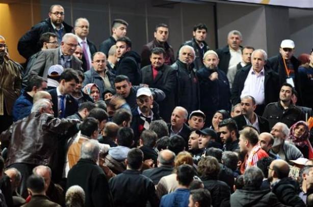 Berkin pankartı AK Parti salonunu karıştırdı