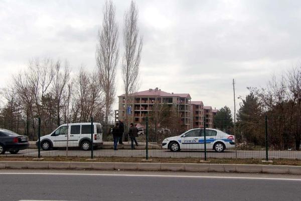 Arkadaşını öldürüp çatıya çıktı, 3 polisi yaraladı