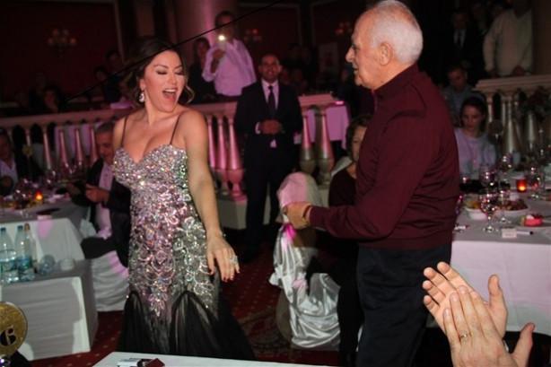 Aşkın Nur Yengi bir hayranıyla salsa yaptı