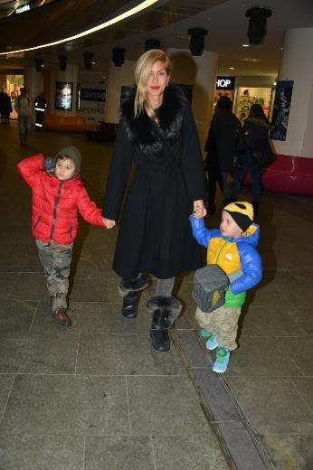 Çağla Şikel 14 Şubat'ı oğullarıyla geçirdi