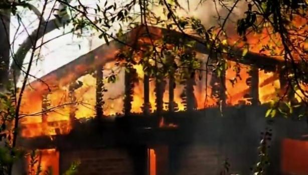 Kızının katilinin evini yaktı