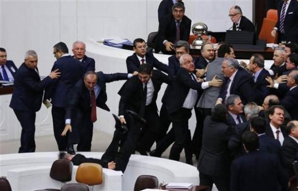 Meclis'te yine kavga... CHP'li vekil merdivenden düştü