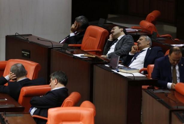 Yorgun düşen vekiller Meclis'te uyuyakaldı