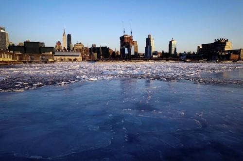 New York'ta Hudson ve East nehirleri dondu