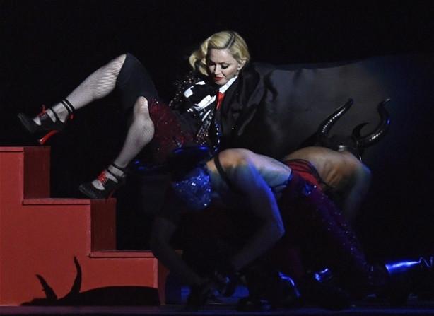Madonna sahnede çok kötü düştü!