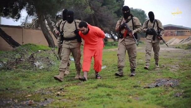 IŞİD ajanlıkla suçladığı bir kişiyi infaz etti