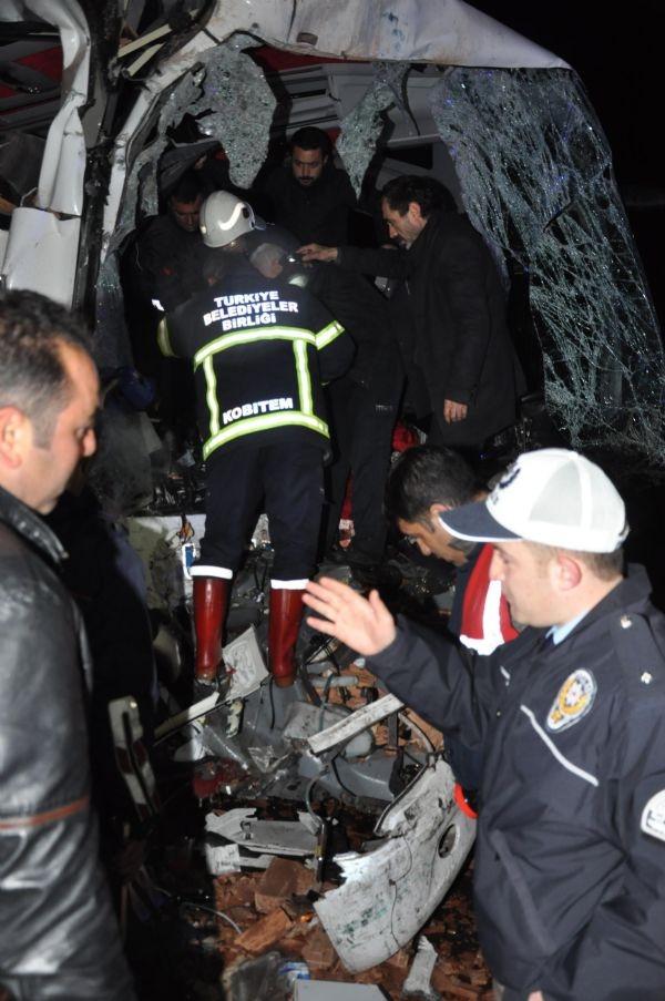 Otobüsün önü yok oldu: 2 ölü, 13 yaralı