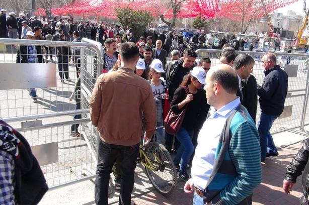 Erdoğan'ın mitingine zorla getirilen işçiler, o konuşurken alanı te