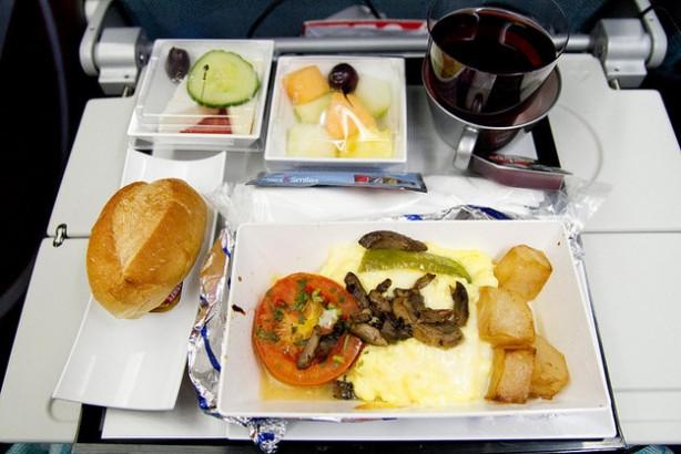 Uçakta yemeklerin tadı neden bir gariptir?