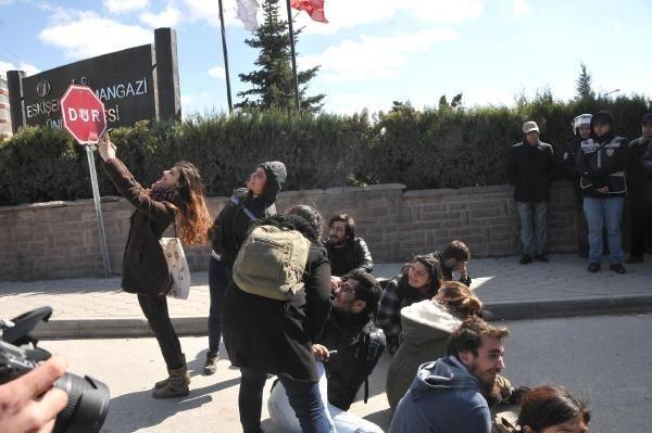 Öğrenciler önce selfie çekti,sonra polise şişe yağdırdı
