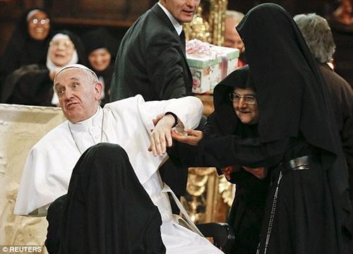 Rahibeler Papa'yı kuşattı!