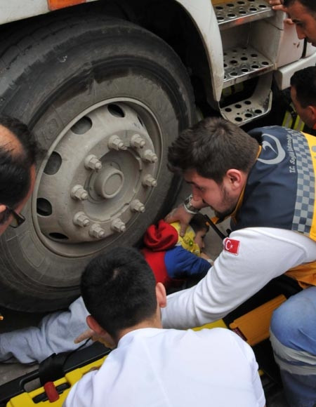 Minik Yusuf'u kamyon altından AFAD ve itfaiye ekipleri çıkardı